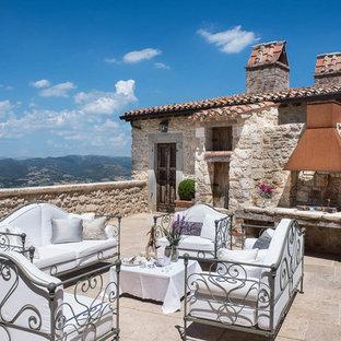 Foto di grandi terrazze e balconi mediterranei sul tetto con un focolare e nessuna copertura