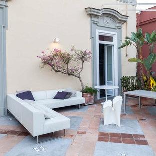 Idee per ampi terrazze e balconi contemporanei nel cortile laterale con un giardino in vaso e un parasole