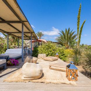 Esempio di una terrazza mediterranea con un parasole