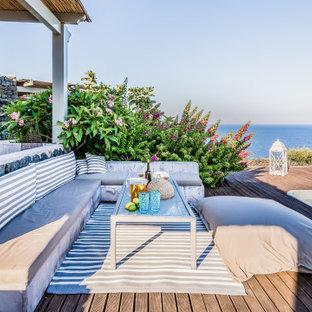 Immagine di una grande terrazza mediterranea dietro casa con nessuna copertura