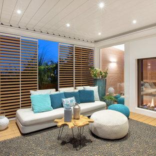 Idee per una terrazza stile marinaro con un tetto a sbalzo