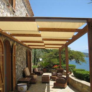 Foto di una terrazza mediterranea con una pergola