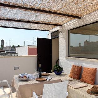 Ispirazione per una terrazza mediterranea sul tetto e sul tetto con una pergola
