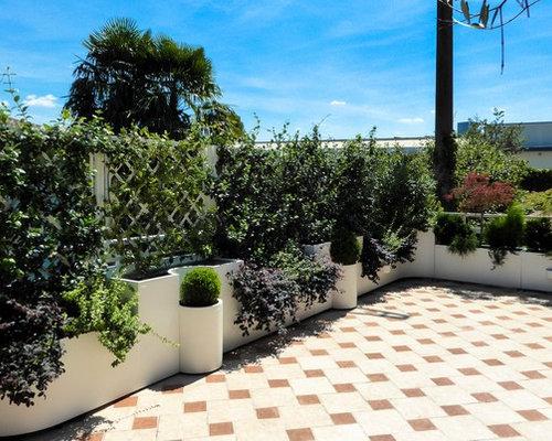 Terrazzo perimetrato da fioriere in acciaio inox e pannelli per ...