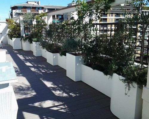 Terrazzo con fioriere perimetrali in acciaio e pannelli per rampicanti