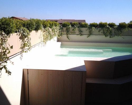 Terrazzo con mini-piscina e fioriere perimentrali per schermare