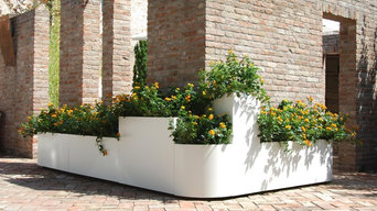 White planters to adorn country house with brick wall - Fioriere bianche