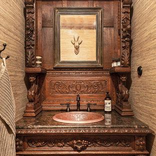 Foto på ett rustikt toalett, med möbel-liknande, skåp i mörkt trä och ett nedsänkt handfat