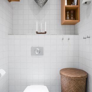 Exempel på ett litet klassiskt toalett, med öppna hyllor och skåp i mellenmörkt trä