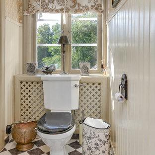Bild på ett mellanstort lantligt toalett, med svart och vit kakel och beige väggar
