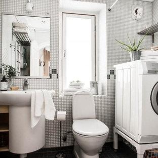 Свежая идея для дизайна: маленький туалет в скандинавском стиле с открытыми фасадами, светлыми деревянными фасадами, подвесной раковиной, раздельным унитазом, черно-белой плиткой и черным полом - отличное фото интерьера