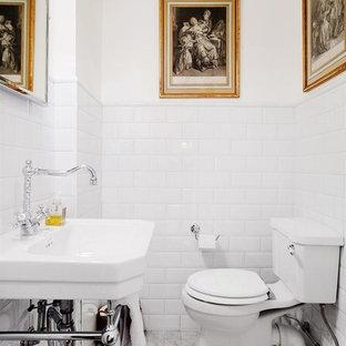 Idéer för att renovera ett mellanstort vintage toalett, med en toalettstol med separat cisternkåpa, vit kakel, tunnelbanekakel, vita väggar, marmorgolv, ett konsol handfat och grått golv