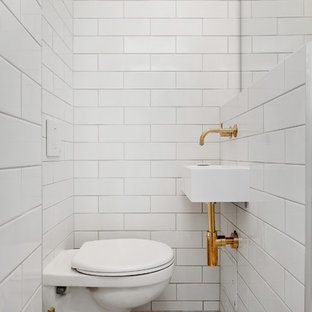 Идея дизайна: туалет среднего размера в скандинавском стиле с раздельным унитазом, белой плиткой, плиткой кабанчик, белыми стенами, мраморным полом и подвесной раковиной