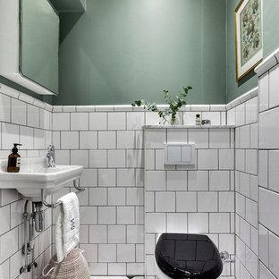 Idéer för små vintage toaletter, med svart och vit kakel, vit kakel, gröna väggar, ett väggmonterat handfat, en vägghängd toalettstol, porslinskakel och flerfärgat golv
