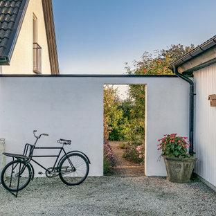 Idéer för att renovera en nordisk formell trädgård, med en trädgårdsgång och marksten i tegel
