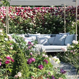 Idéer för en mellanstor klassisk formell trädgård i delvis sol på sommaren, med en trädgårdsgång och trädäck