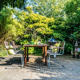 Exempel på en mellanstor klassisk gårdsplan i skuggan på sommaren, med naturstensplattor