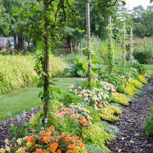 Idéer för mellanstora vintage trädgårdar, med en trädgårdsgång