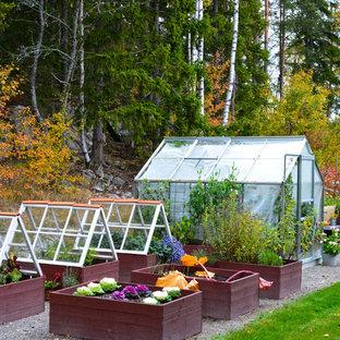 Lantlig inredning av en bakgård, med en köksträdgård och grus på hösten