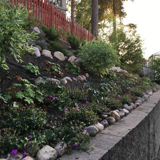 Photo of a scandinavian drought-tolerant and partial sun hillside landscaping in Stockholm.