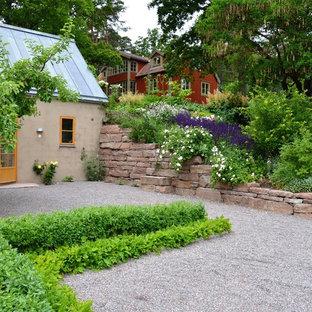 Cette photo montre un jardin à la française avant scandinave de taille moyenne et l'été avec du gravier.