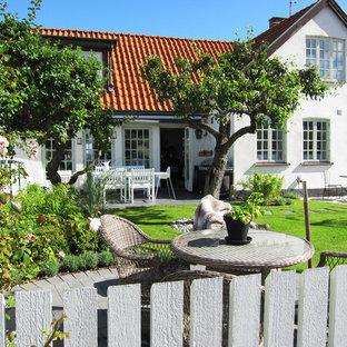 Bild på en mellanstor lantlig formell trädgård framför huset, med en köksträdgård