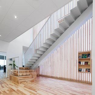 Imagen de escalera recta, contemporánea, de tamaño medio, con escalones de acrílico