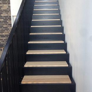 Inspiration pour un escalier nordique avec des marches en métal, des contremarches en bois et un garde-corps en métal.