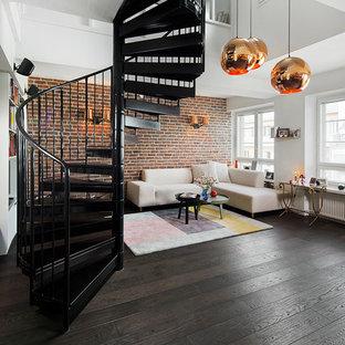 ストックホルムの大きい金属製のコンテンポラリースタイルのおしゃれならせん階段 (金属の蹴込み板) の写真