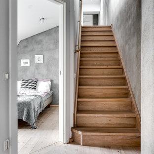 Неиссякаемый источник вдохновения для домашнего уюта: прямая лестница в скандинавском стиле с деревянными ступенями и деревянными подступенками