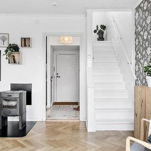 Exempel på en skandinavisk trappa i målat trä, med sättsteg i målat trä och räcke i trä