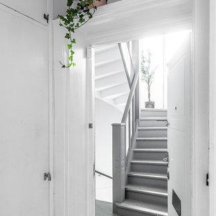 Foto de escalera en U, nórdica, con escalones de madera, contrahuellas de madera y barandilla de madera