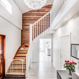 Idéer för att renovera en mellanstor lantlig svängd trappa i trä, med sättsteg i trä