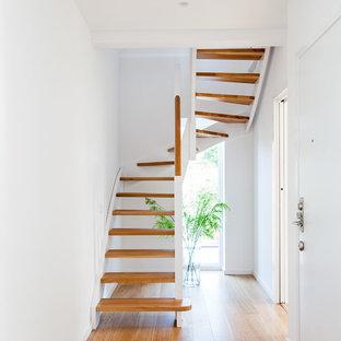 Idéer för en skandinavisk u-trappa i trä, med öppna sättsteg