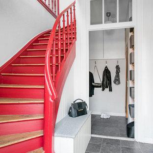 Ejemplo de escalera de caracol, escandinava, de tamaño medio, con escalones de madera y contrahuellas de madera pintada