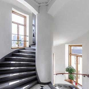 Idee per un'ampia scala a chiocciola tradizionale con pedata in cemento e alzata in cemento