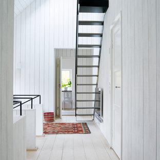 Imagen de escalera recta, nórdica, de tamaño medio, sin contrahuella, con escalones de metal