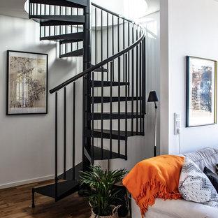 Exemple d'un escalier sans contremarche hélicoïdal scandinave avec des marches en métal et un garde-corps en métal.