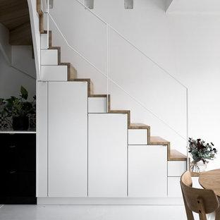 """Esempio di una scala a """"L"""" scandinava di medie dimensioni con pedata in legno e alzata in legno"""