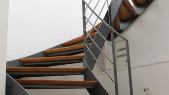 2 Stahlwangentreppen in den Dachgeschosswohnungen eines Stadthauses