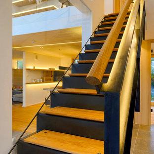 Imagen de escalera recta, escandinava, con escalones de madera y contrahuellas de metal