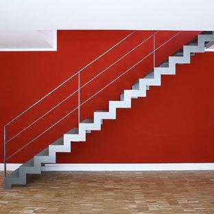 Imagen de escalera recta, contemporánea, pequeña, con escalones de metal y contrahuellas de metal
