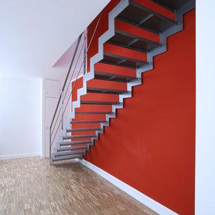 ケルンの小さい金属製のコンテンポラリースタイルのおしゃれな直階段の写真