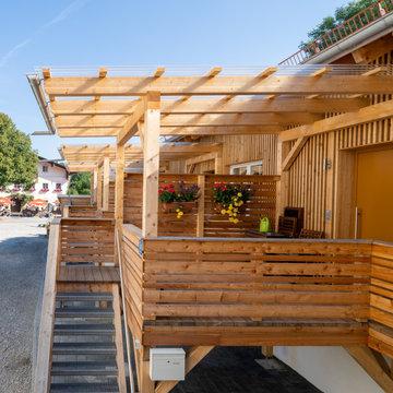 Zugang über überdachte Holz-Terrasse