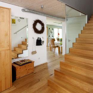 Große, Gerade Moderne Holztreppe mit Holz-Setzstufen in München