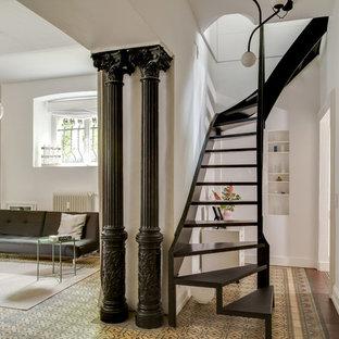 Mittelgroße, Gewendelte Moderne Holztreppe mit Stahlgeländer und offenen Setzstufen in Düsseldorf
