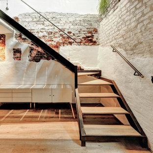 Modelo de escalera en L, urbana, sin contrahuella, con escalones de madera
