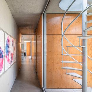 Moderne Treppe mit offenen Setzstufen und Stahlgeländer in Düsseldorf