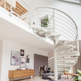 Mittelgroße Moderne Treppe mit Metall-Setzstufen und Stahlgeländer in Sonstige