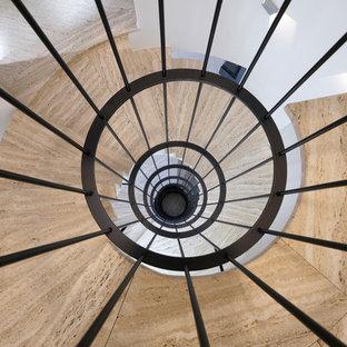 Свежая идея для дизайна: изогнутая лестница в современном стиле с ступенями из травертина, бетонными подступенками и металлическими перилами - отличное фото интерьера